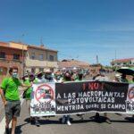 Más de 200 personas se echan a la calle en Méntrida contra las macroplantas fotovoltaicas