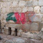 Aparecen varias pintadas vandálicas en la muralla de la Puerta de Alcántara